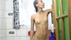 Mimi Lea Completes An Outdoor Day With A Attractive Bath